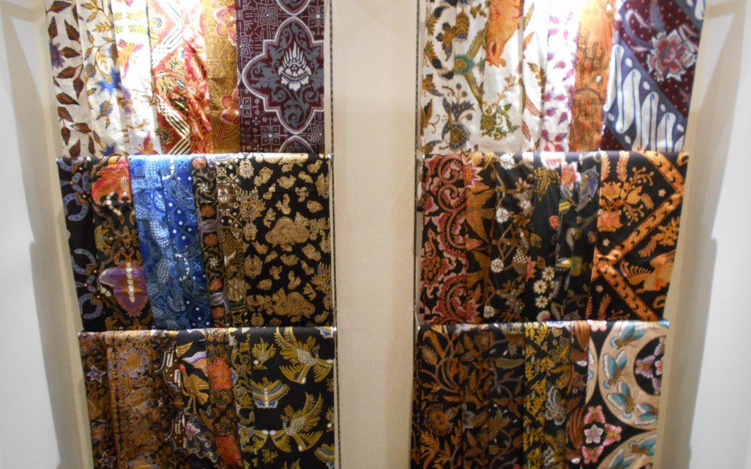 El batik más chic por el diseñador Iwan Tirta